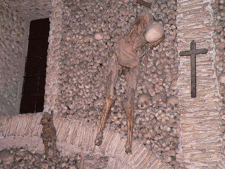 800px-Capela_dos_ossos_esqueletos2